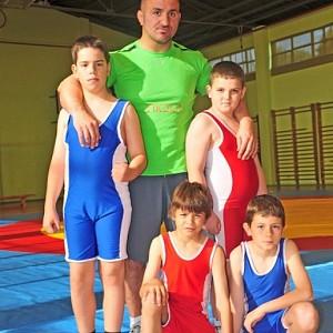METO KODAKOV junto a algunos de sus alumnos